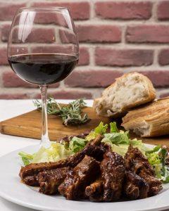 BBQ vlees en wijn voor moederdag in de mooiste glazen