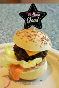 """Beste verjaardagshapje ever - Mini Hamburgs van de BBQ - Zelf gekruide en gedraaide hamburgers op een klein broodje met saus sla tomaat spek cheddar en saus - Verjaardagsfeest – BBQ recept - Mels Feestje"""""""