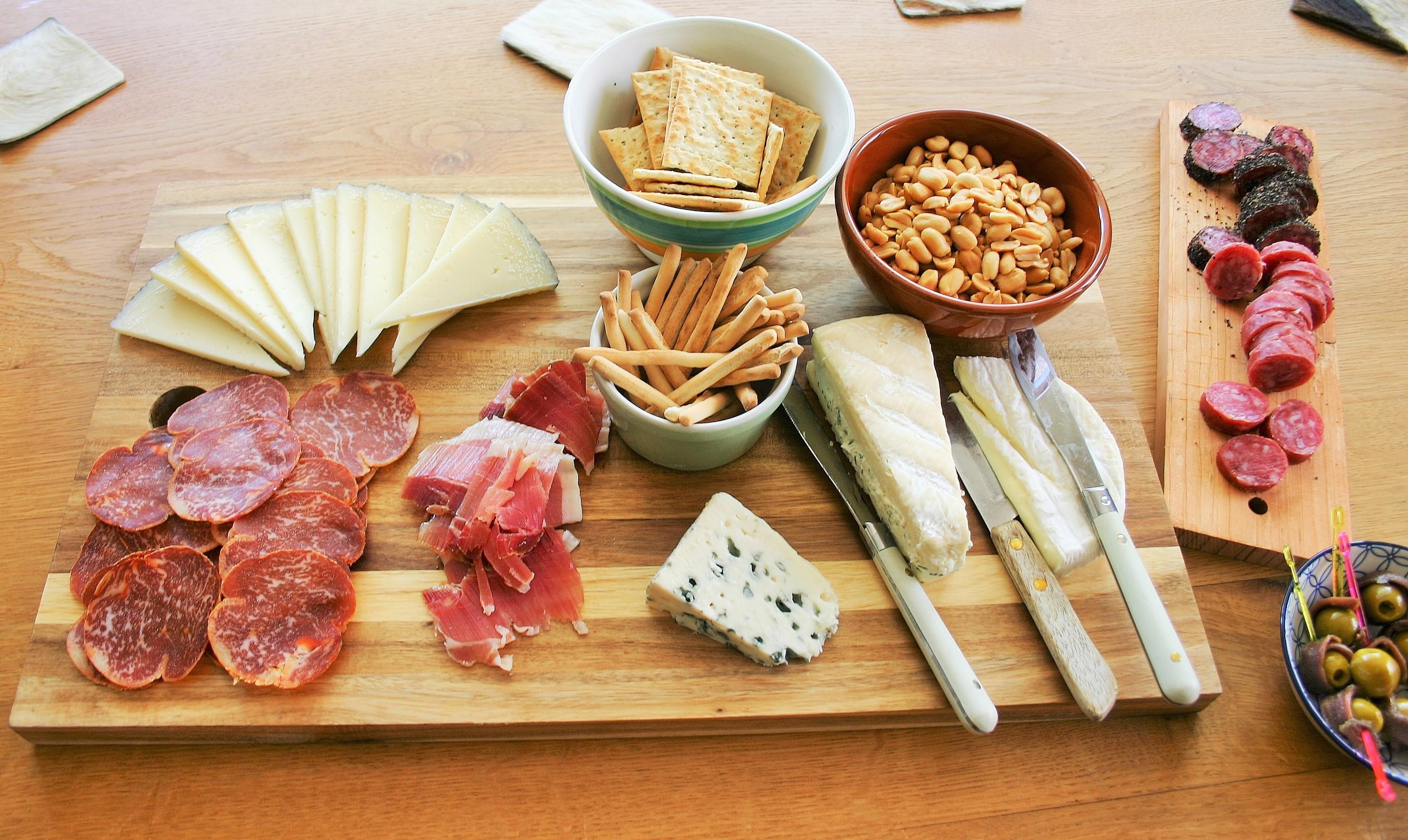 """Hartige plank als binnenkomst op een tapasfeestje - Kaas worst toast en olijven met ansjovis plank - Tapasfeestje - Mels Feestje"""""""