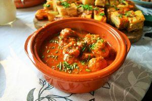 """""""Albóndigas con salsa, de bekendste Spaanse gehaktballetjes in een pittige tomatensaus - Tapasfeestje - Mels Feestje"""""""