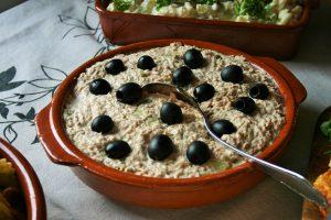 """""""Heerlijke Spaanse Tonijnsalade! Zo makkelijk, zo simpel & zooo lekker! Bericht is onderdeel van 8x makkelijke tapas. Simpele succesvolle Spaanse heerlijke tonijnsalade, Fris door augurkjes. Spaans door de versiering met zwarte olijven. op bijgerecht voor bij de BBQ. Of op als verjaardagshap, op de buffet tafel. Tapasfeestje & Mels Feestje"""