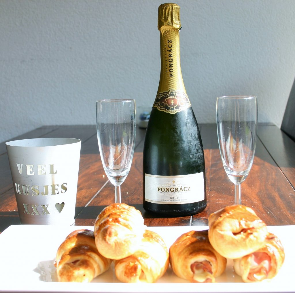 """Cadeau voor haar - ontbijt op bed met ham kaas croissantjes en een koud flesje champagne - compositie gemaakt door mijn vriendje voor Moederdag - Mels Feestje en cadeaus voor haar"""""""
