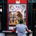 """Patio san eloy - man aan bar buiten - Sevilla tapas tour"""""""