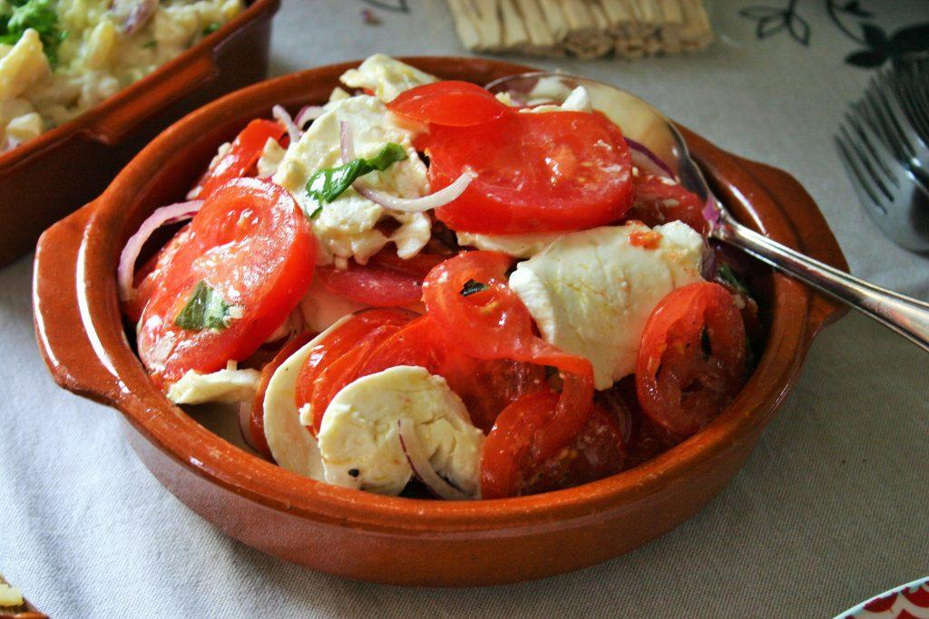"""Zomerse Spaanse tomaten salade met mozzarella, knoflook, uienringen, olijfolie en basilicum blaadjes - tapasfeestje - mels Feestje"""""""