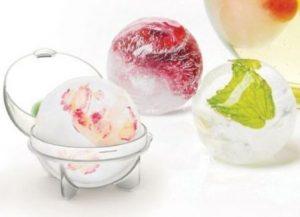 IJsbakken voor op je tuinfeest. Hoe vet zijn deze ijsbal makers van Bol.com. Je maak grote ijsklonten ijsklontjes, je kan er citroen of bloemen in doen. Staat echt zo gaaf in een grote bak op je tuinfeestje. Mels feestje