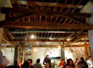 Restaurant New York - ABC Kitchen - het plafond hoog met houten balken en lampen die eraan hangen erg gaaf - November naar New York Mels Feestje
