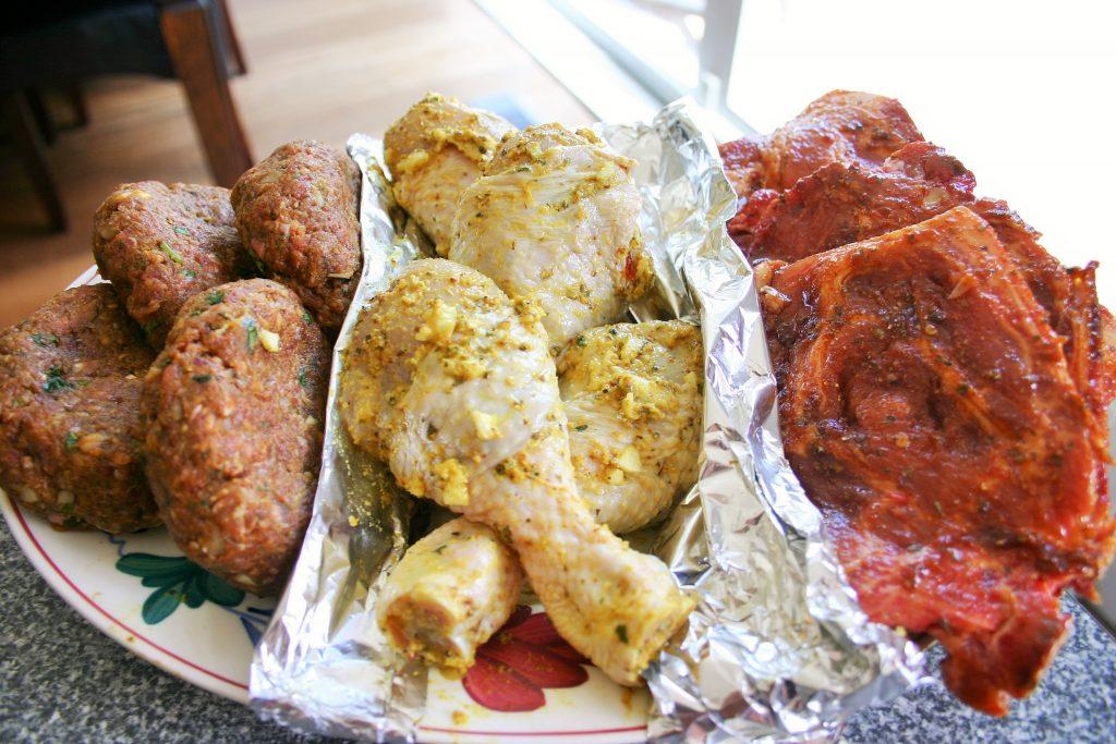 Gemarineerde hamburgers, kip en schouderkarbonades voor op de BBQ - BBQ feest recepten - Mels feestje en feest hapjes