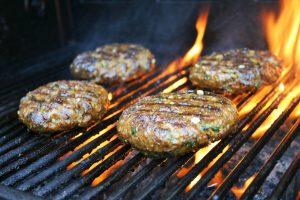 """Een overheerlijke zelf gemarineerde hamburger voor op de gas BBQ - met ui knoflook verse koriander ketjap en een plakje cheddar op een Italiaanse bol - Mels Feestje & Feest hapjes"""""""