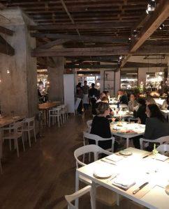 Restaurant New York The ABC Kitchen binnenkant - witte stoelen en lichte tafels - ziet er gezellig uit - November naar New York - mels Feestje