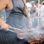 Vlees op de BBQ - elke weekend in Brooklyn smorgasburg - met een uitzicht over de skyline van New York - Mels Feestje en New York
