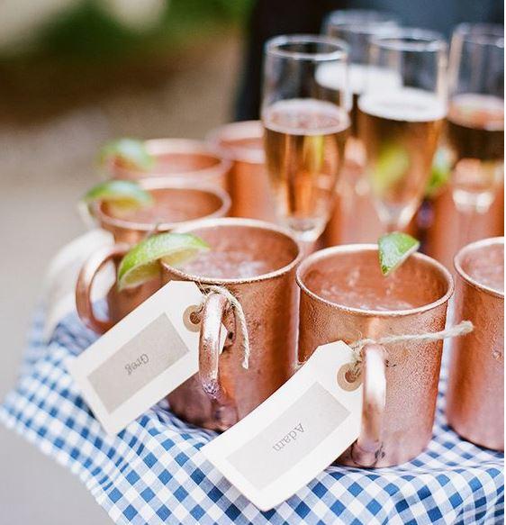 Moscow Mule en champagne bubbels - perfect voor een trouwerij of gewoon een tuinfeest kan ook - hang naamkaartjes aan de koperen mokken en glazen champagne op hetzelfde dienblad - Mels Feestje