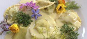 Ravioli voor op de camping - verse raviolie kopen met een mooie saus van mascapone en gerookte kip op een bordje van rucola - afmaken met eetbare bloemen Kampeer Recepten