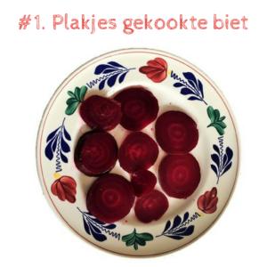 Stap 1 - BIETENSALADE - Gekookte bieten in plakjes op bord - Dan augurk rode ui ringen kleine stukjes knoflook koriander en olie azijn met wat peper