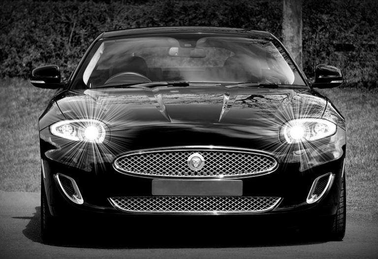 Zwarte Auto voor de Auto Kleuren Bingo. Een mooi zwart achtig plaatje met de koplampen van een zwarte auto. Voor de Bingo: zie je een strenge meneer in een zwarte auto, buk da snel! Mels Feestje & Zomervakantie