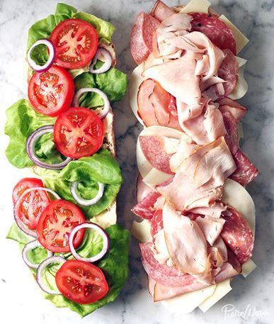 Het Ultieme Feest van de belegde stokbroden! Met ham, salami en kipfilet, een saus van mayonnaise & mosterd. Op een bedje van sla en tomaat. ih en kaas natuurlijk! Dat is genieten! Je kan het maken en in bakpapier inrollen, dan als jullie gaan eten snijd je het met bakpapier en al. Zo is het ook super leuk voor je tuinfeest. Kampeer gerechten & Belegde gevulde stokbroden