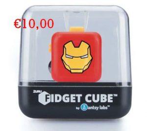 De fidget cube is razend populair onder de jongeren en is echt een leuk betaalbaar sinterklaascadeau. Zeker zo tussen de 9 en 12 jaar is dat een leuk cadeau. er zijn meerdere soorten. Hip Sinterklaascadeau